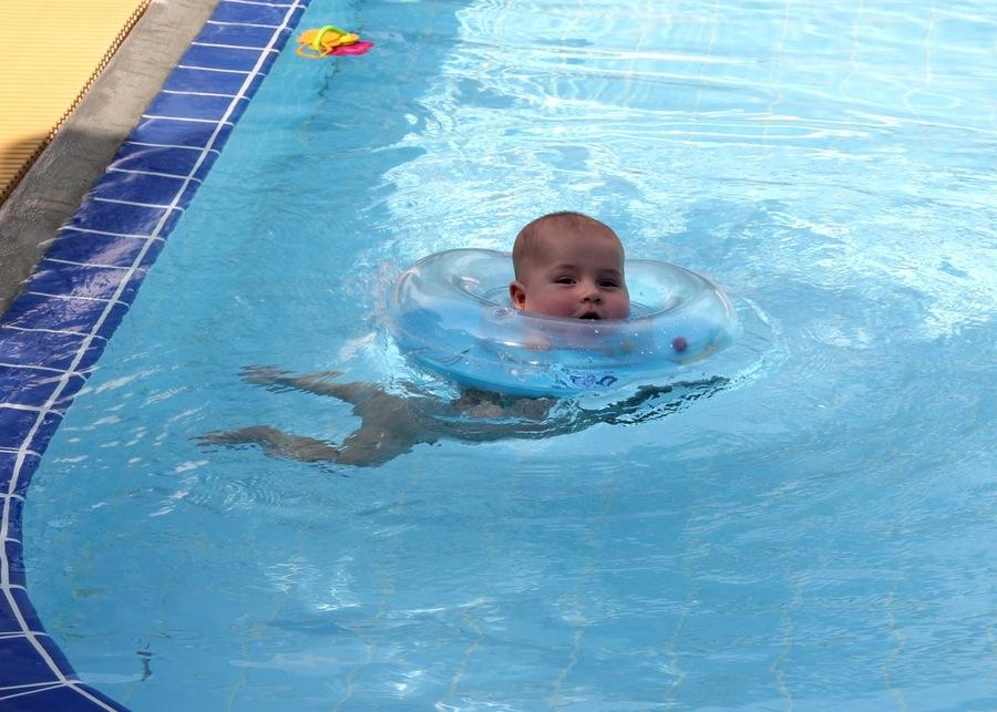 младенец купается в круге