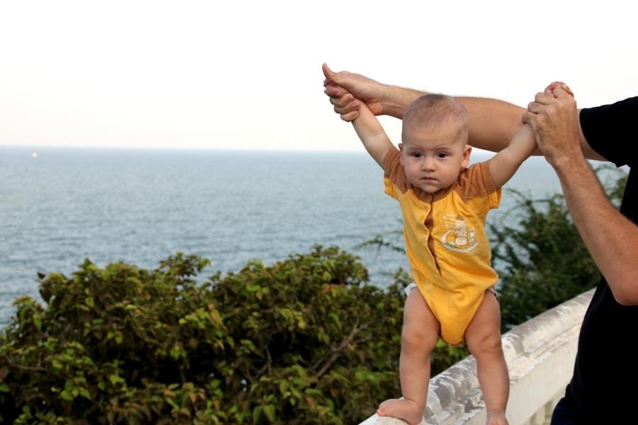 Саша на фоне моря