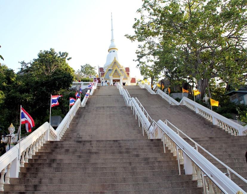 Ступеньки к храму на горе обезьян