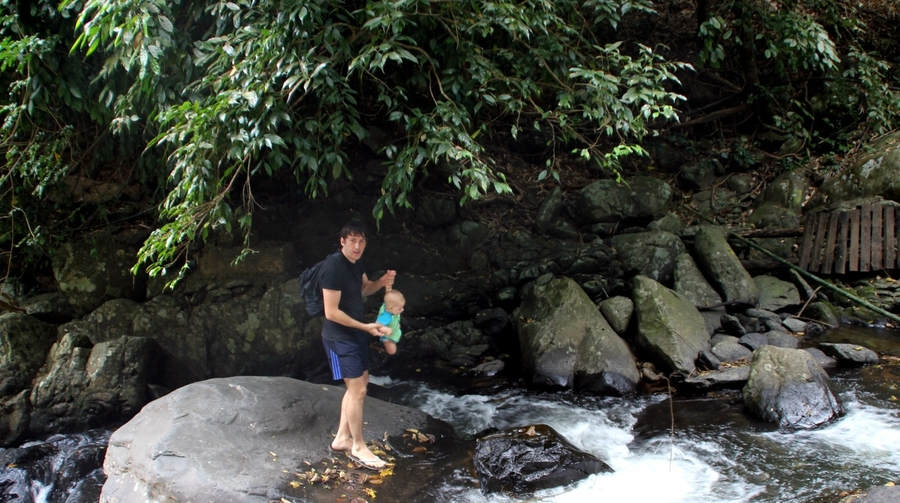 Саша и Костя идут к водопаду