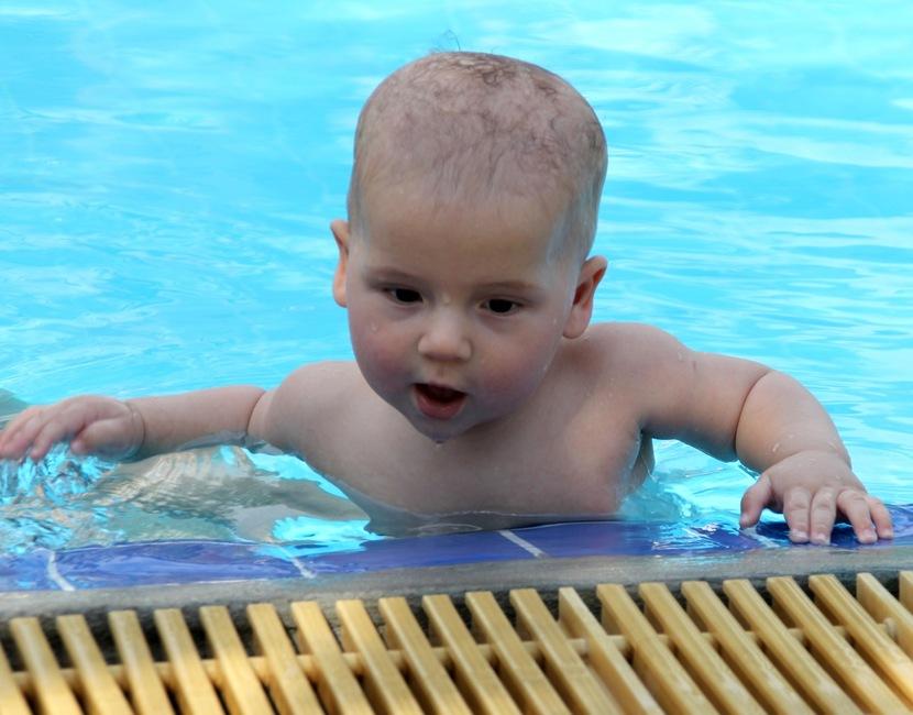 грудной ребенок в бассейне