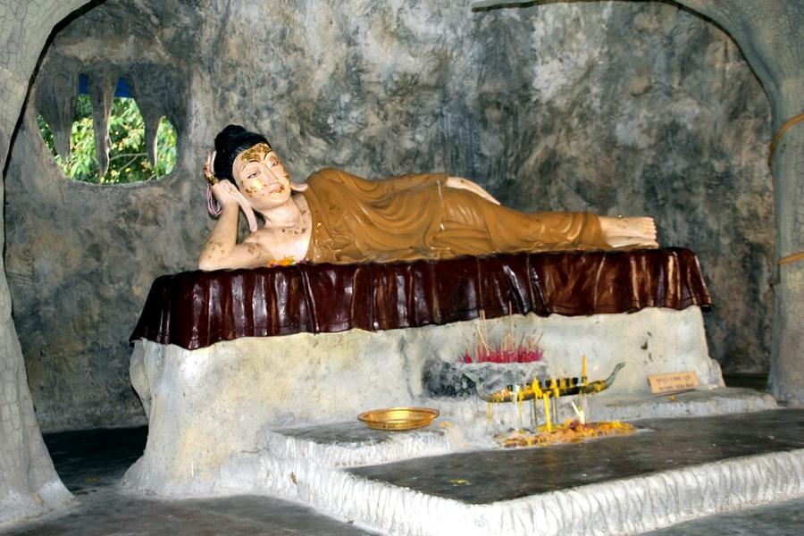 Статуя женщины в храме под Буддой