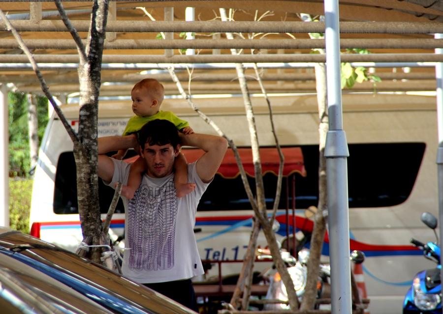 Ребенок на шее у папы