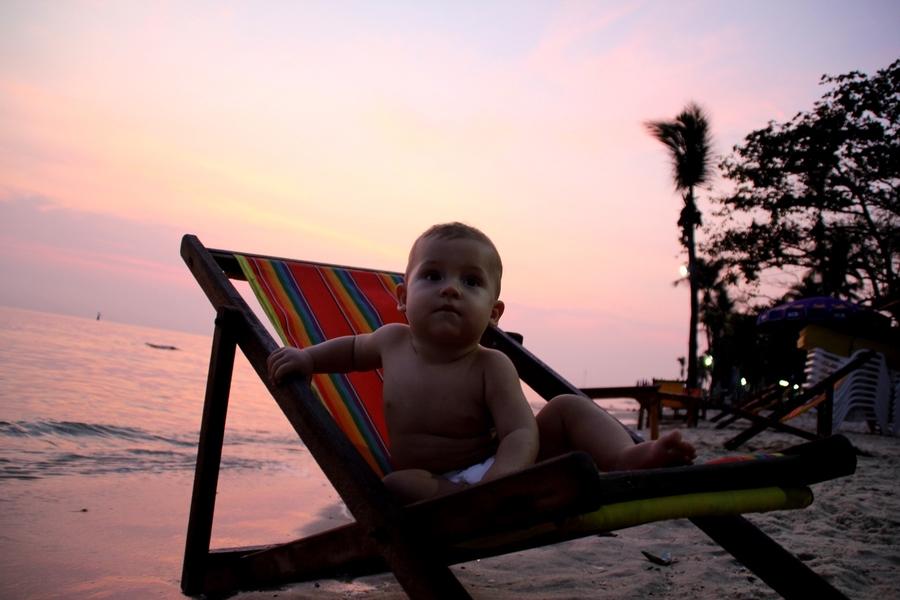 Ребенок в шезлонге на пляже