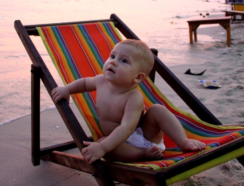 Ребенок на пляже на рассвете