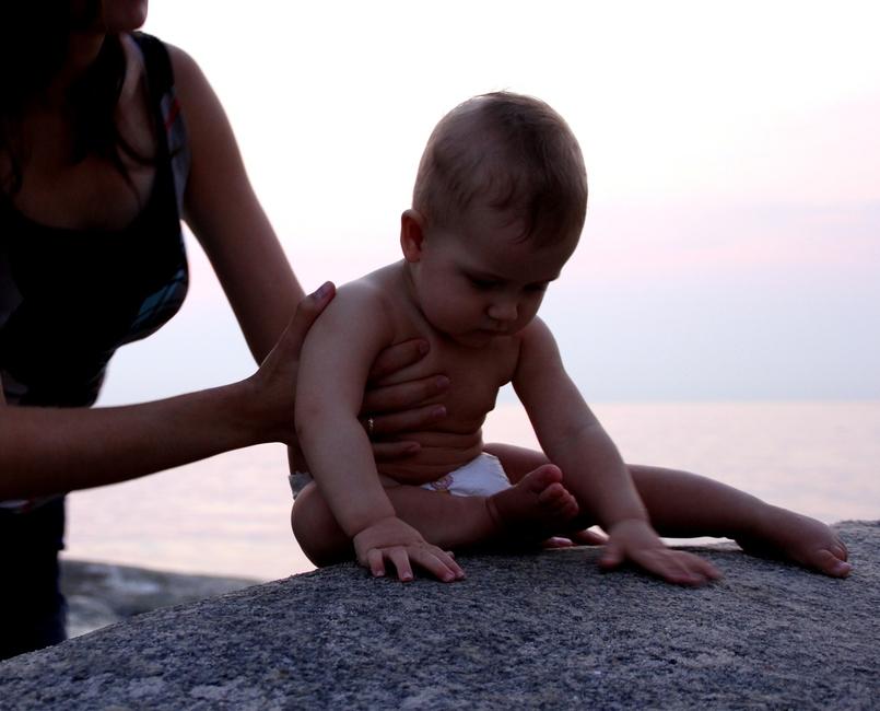 Ребенок на камнях