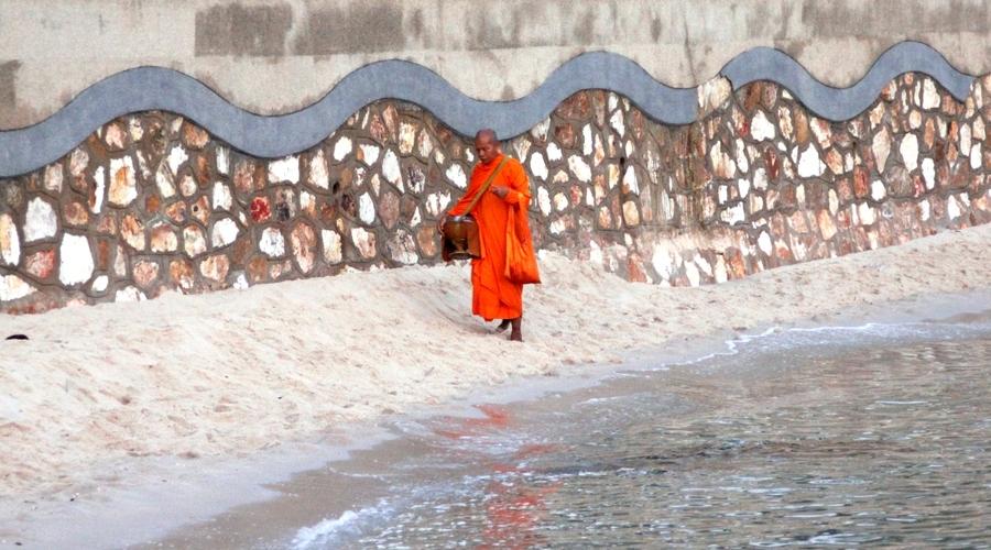 Монах собирает подаяния на пляже
