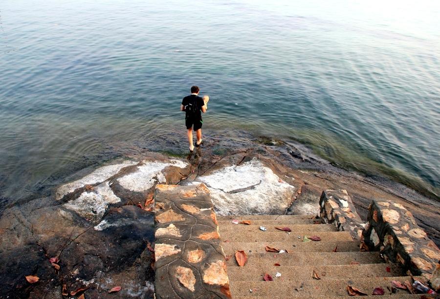 ступеньки в море