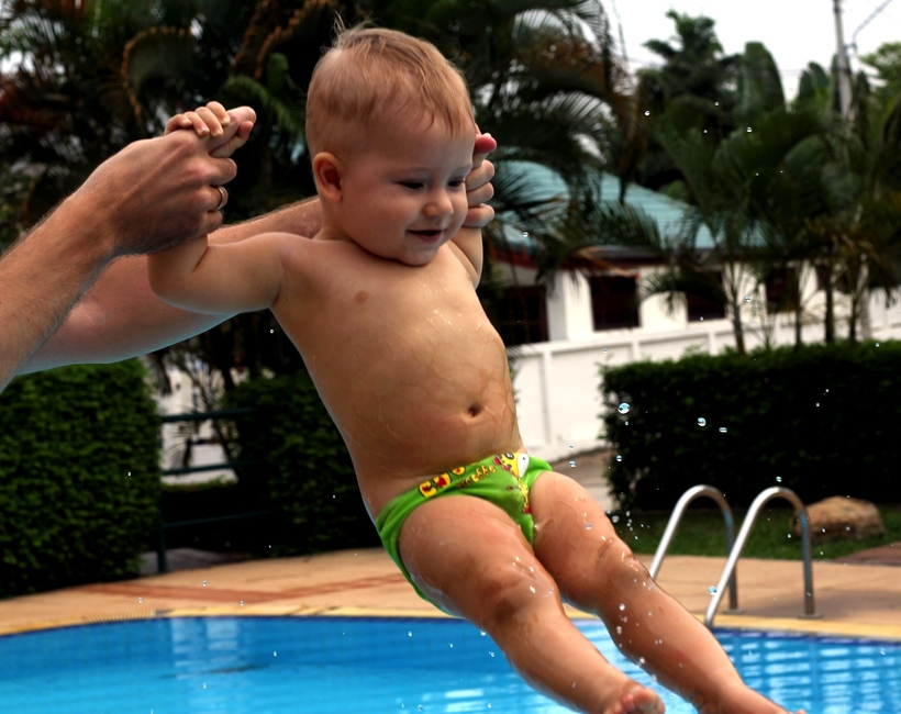 Ребенок 9 месяцев в бассейне