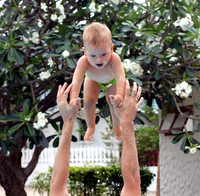 подбрасывание маленького ребенка
