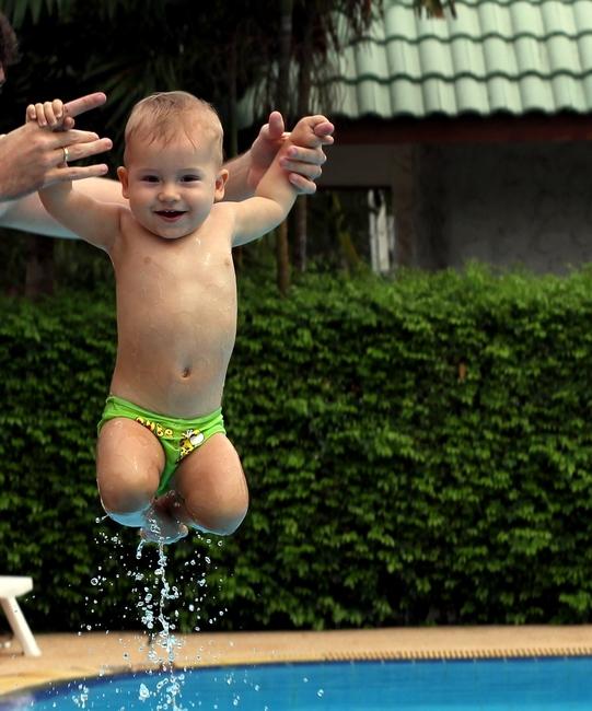 ребенок 9 месяцев над бассейном