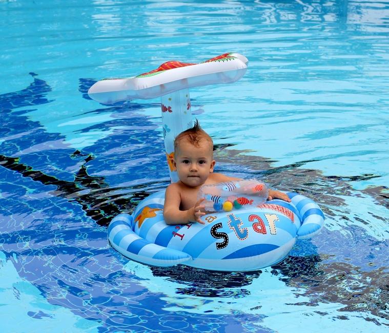 Ребенок 9 месяцев плавает сидя в круге