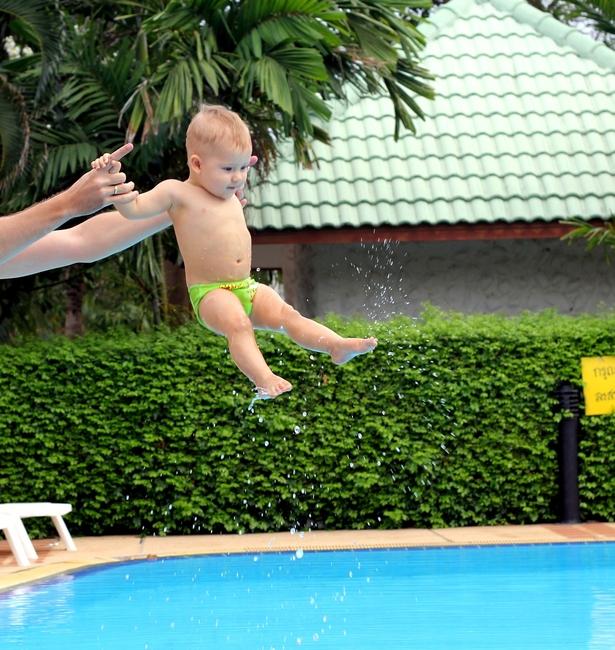 ребенок летит в бассейн