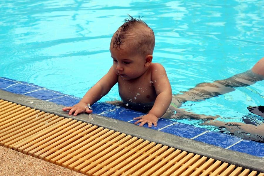 Ребенок 9 месяцев вылазит из бассейна