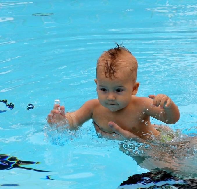 Ребенок 9 месяцев плавает в бассейне