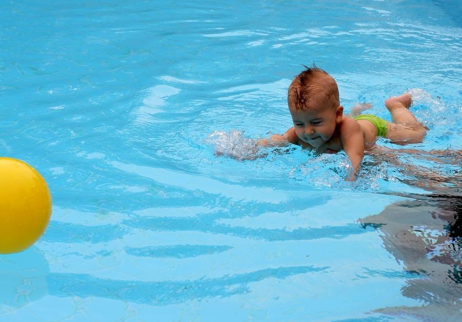 Учим плавать ребенка в 9 месяцев