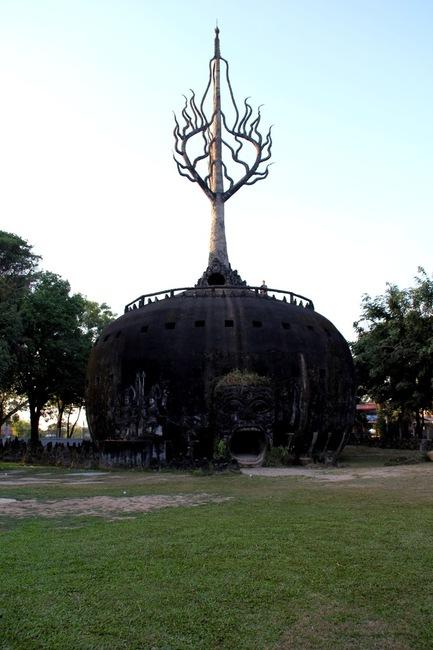 Сфера и древо жизни в Будда Парке в Лаосе
