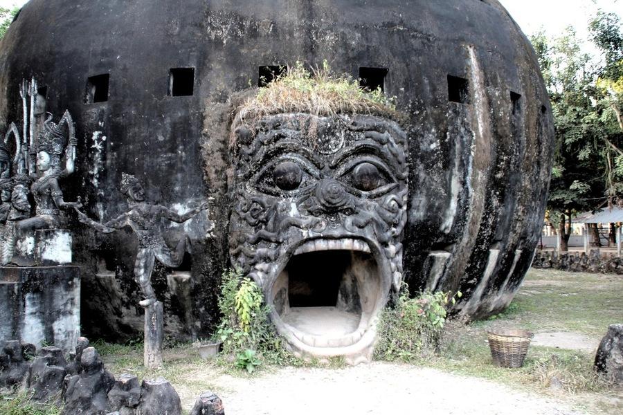 Вход в сферу в Будда Парке в Лаосе