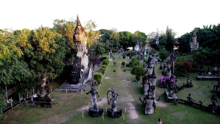Вид сверху на Будда Парк в Лаосе