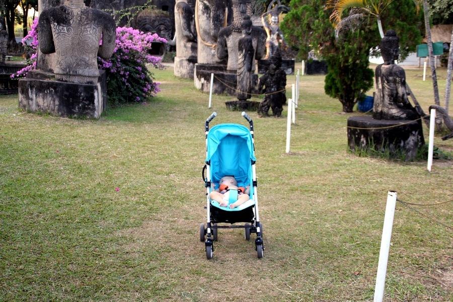 Ребенок в Будда Парке спит в коляске