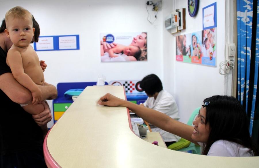 Тайская медсестра с ребенком