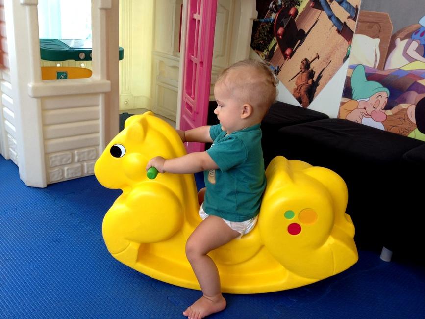 Ребенок на игрушечном конике