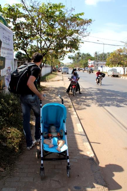 Ребенок в коляске во Вьентьяне