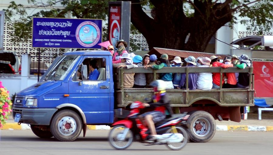 Лаосские рабочие в грузовике