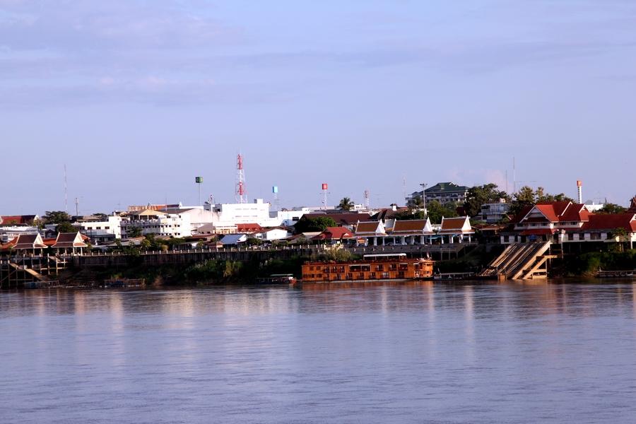 Вид на Таиланд с противоположного берега реки Меконг