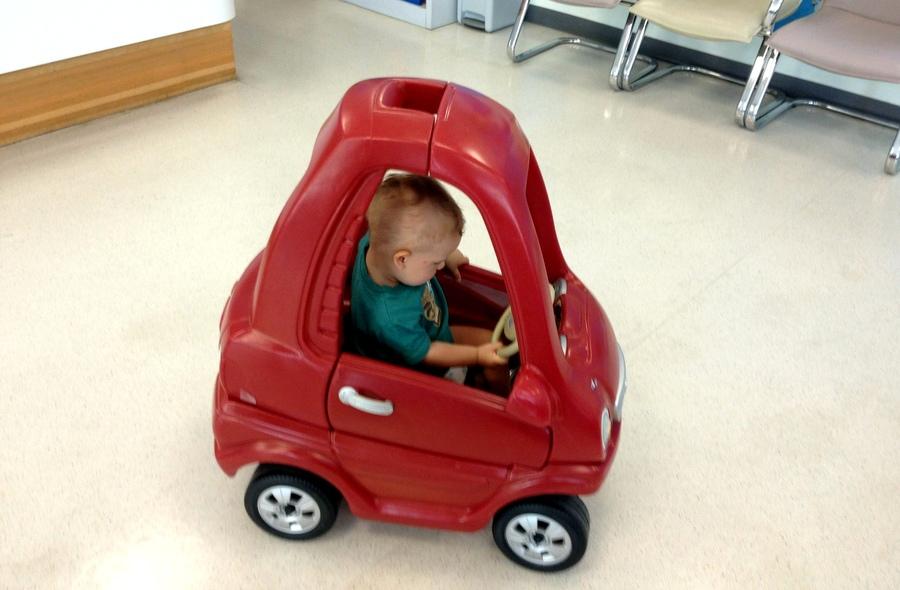 Мальчик в машинке