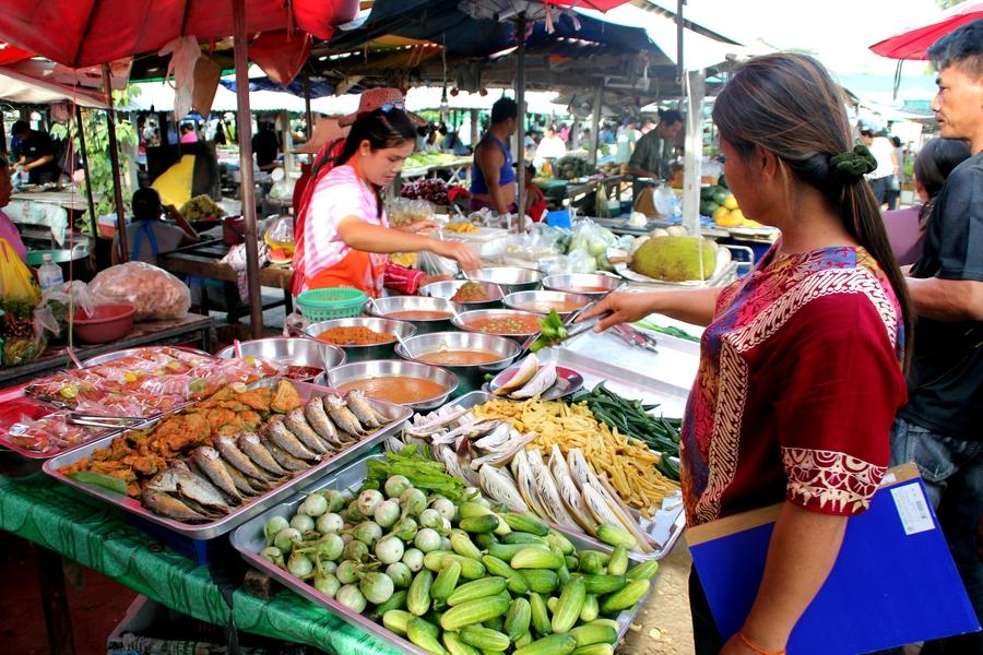 Овощи и тайская еда на рынке