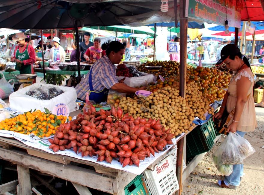 Фрукты на рынке в Таиланде