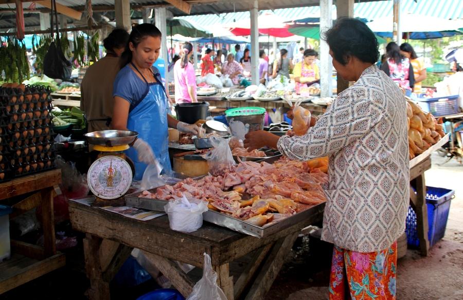 Курица на рынке в Таиланде