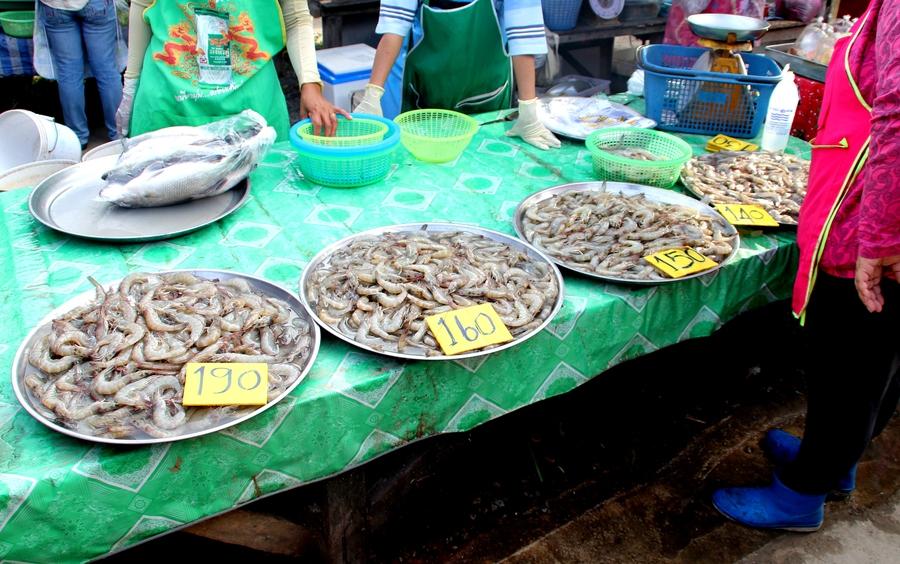 Креветки на рынке в Таиланде