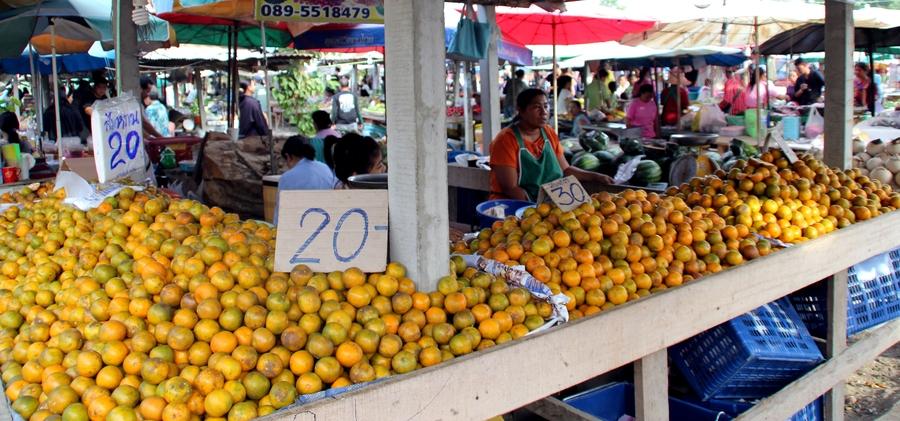 Мандарины на рынке в Таиланде