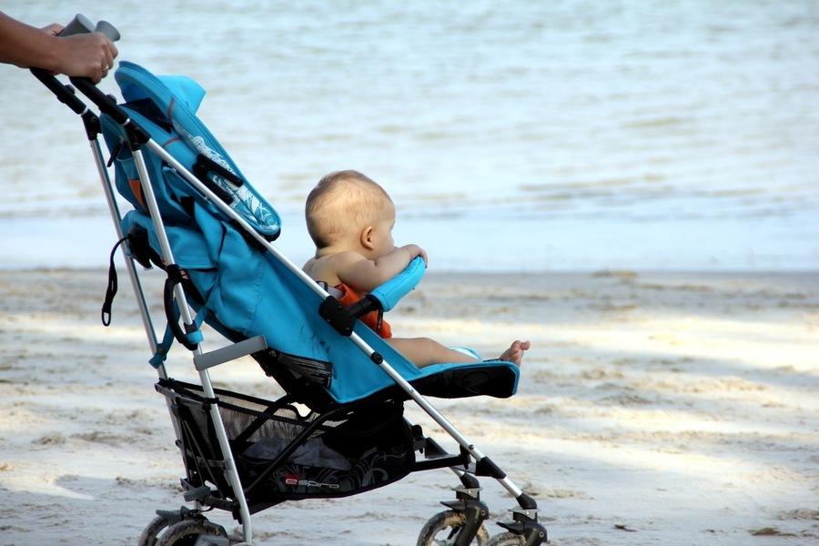 Маленький ребенок на море в Таиланде