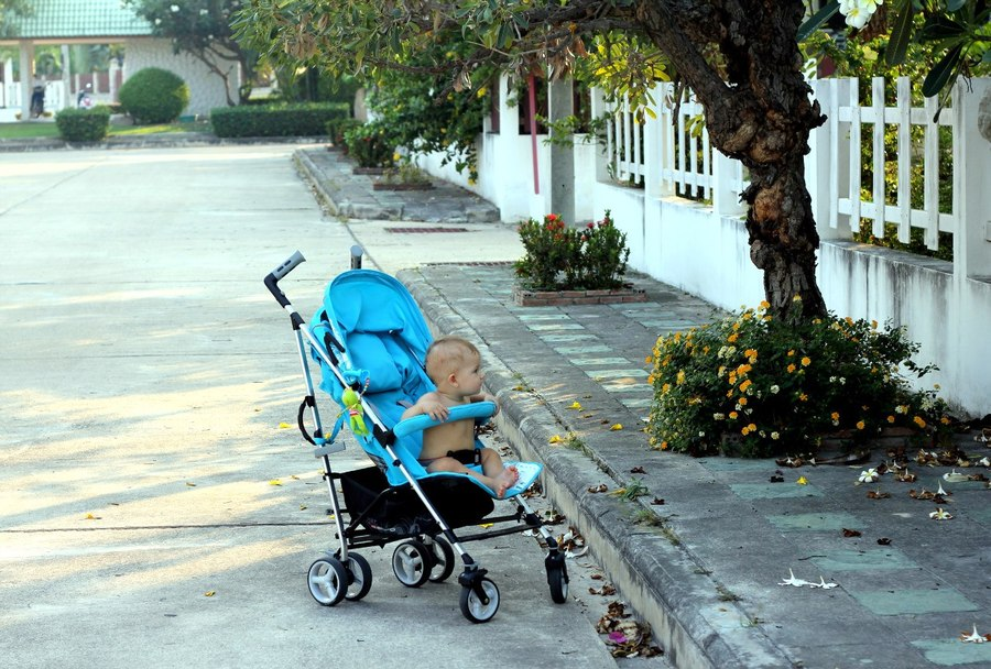 Ребенок в коляске в Таиланде