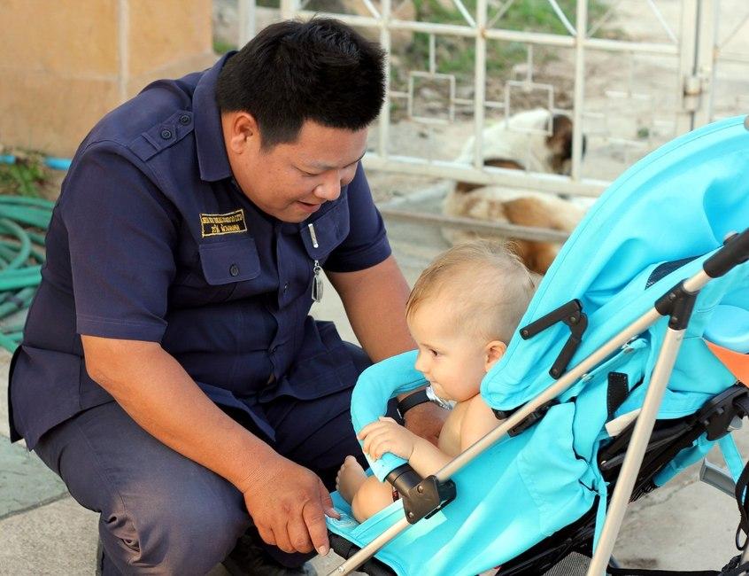 Ребенок общается с тайским охранником