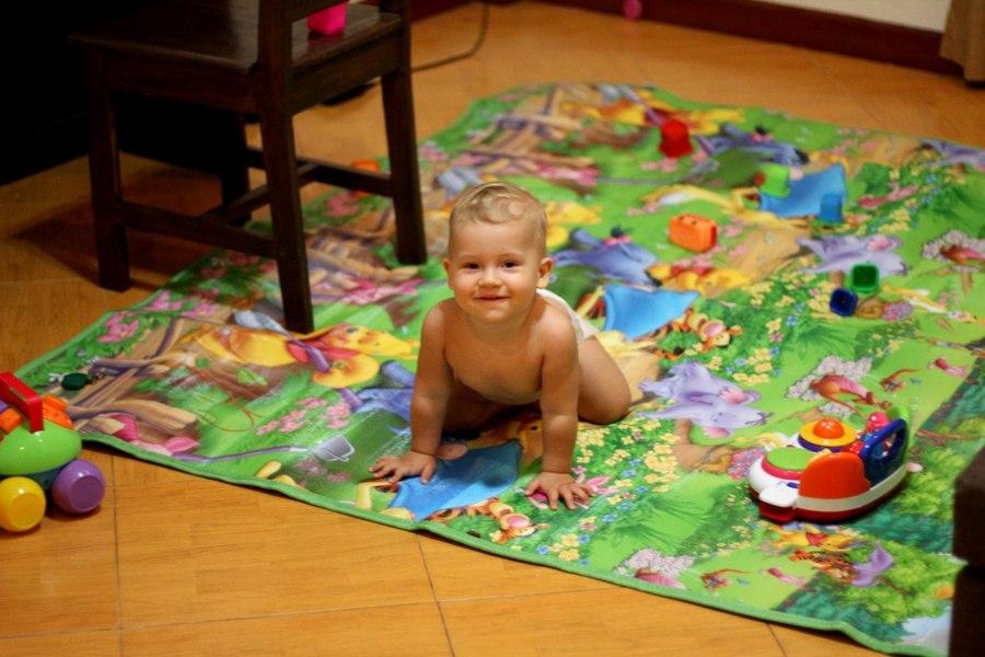 Мальчик 10 месяцев на игровом коврике