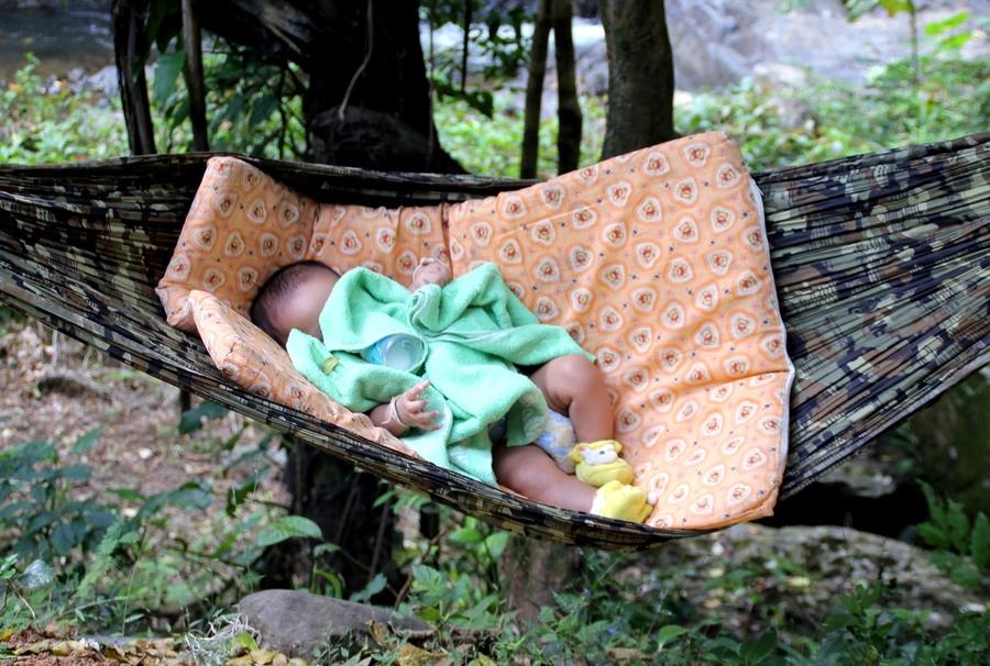 Грудной ребенок спит в гамаке
