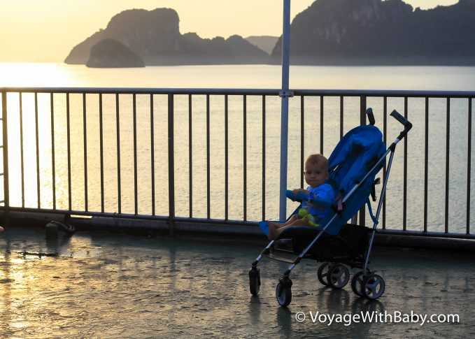 Ребенок в коляске на пароме на остров Самуи