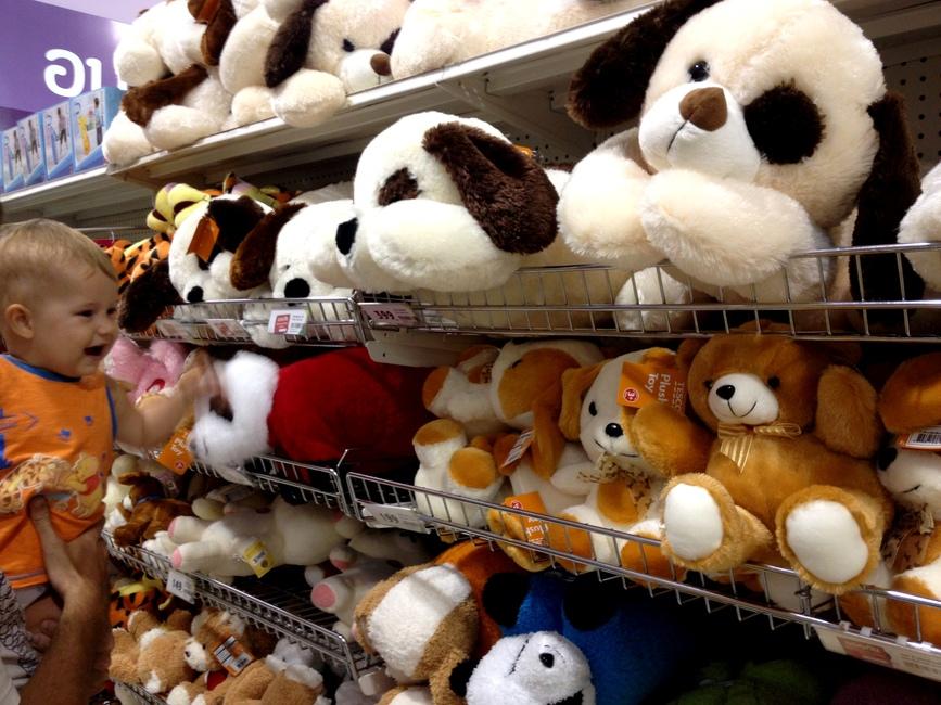 Ребенок и мягкие игрушки