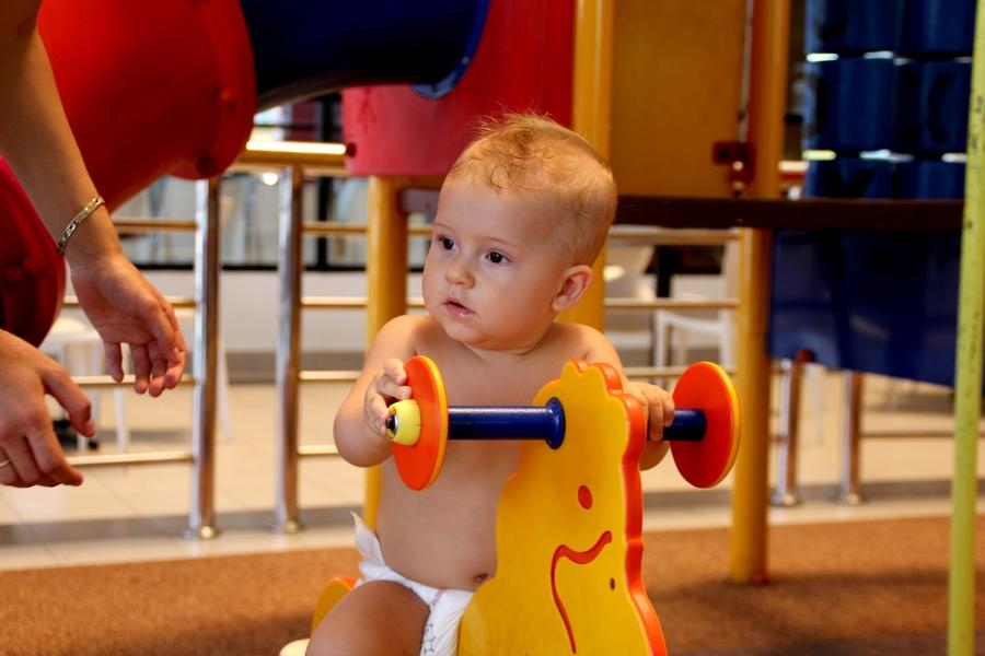 Ребенок на игрушечном коне