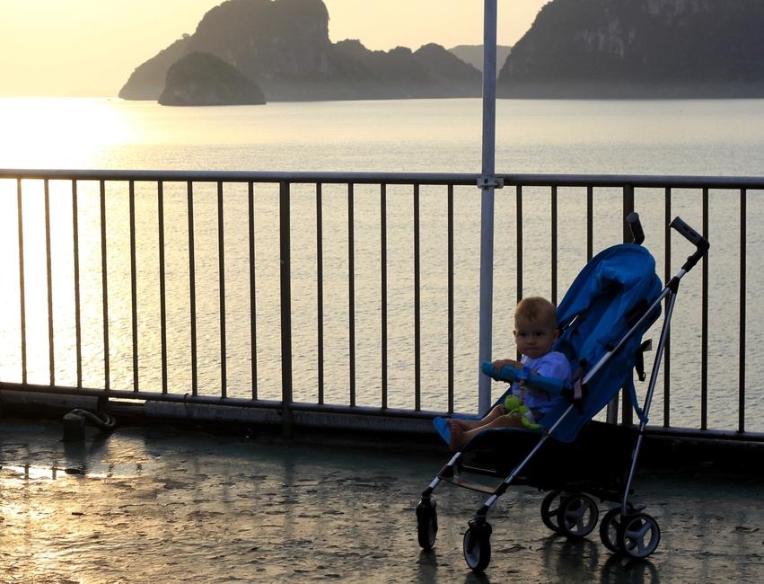 Ребенок в коляске встречает рассвет в Тайланде