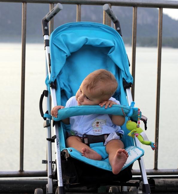 Ребенок засыпает в коляске