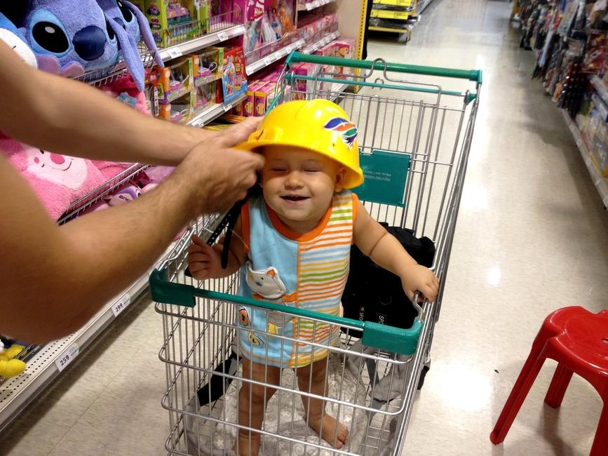 Ребенок в желтой каске
