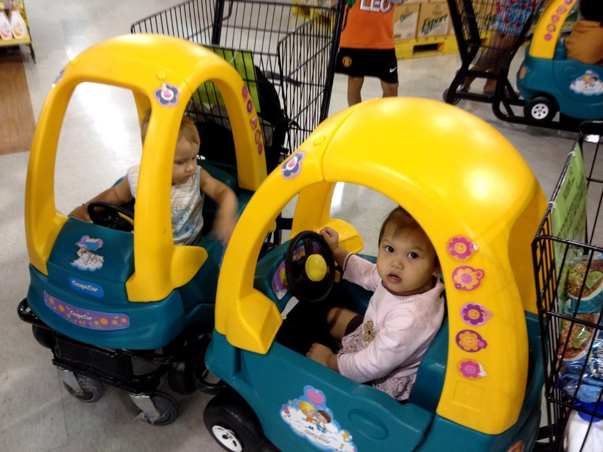 Тележка-машинка с ребенком в супермаркете