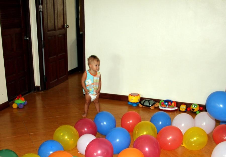 Ребенок и воздушные шарики