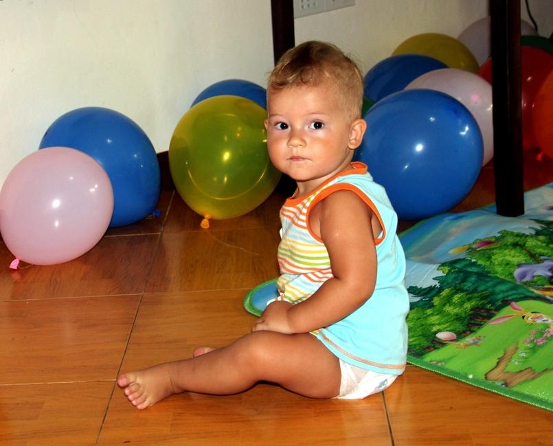 Ребенок играет с воздушными шарами