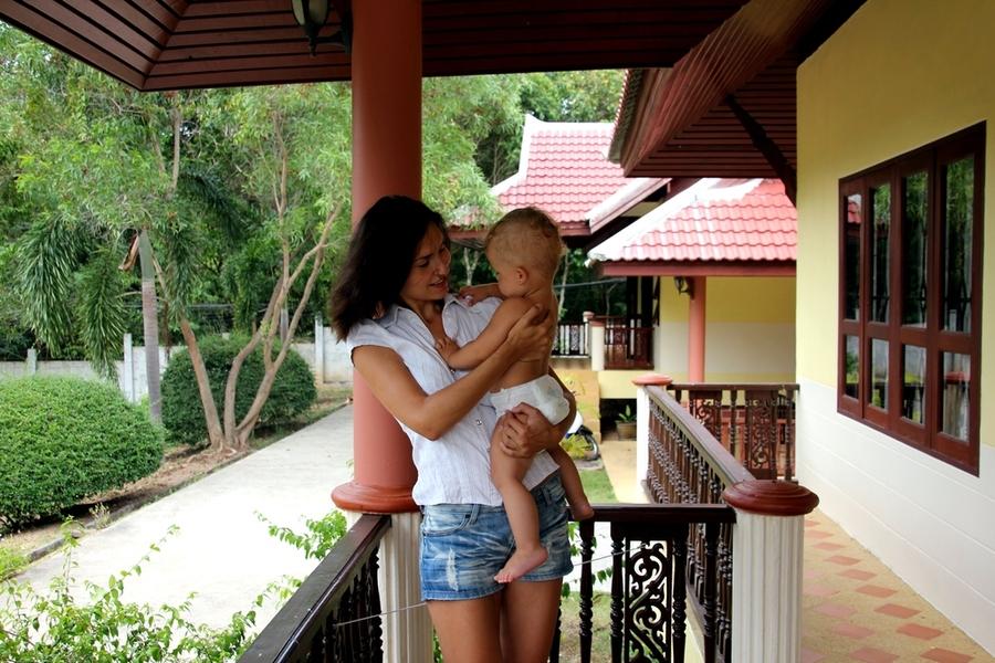 Молодая мама с ребенком в Таиланде